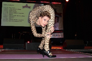 Extreme Yoga-Stretching in Panther catsuit, Amsterdam